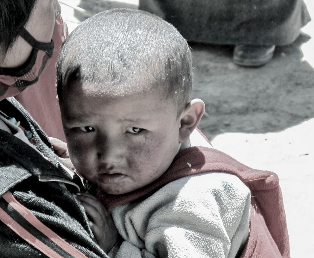 Anja_Giegerich_ängstlicher Junge in Tibet