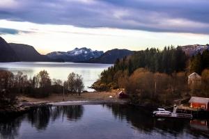Anja_Giegerich_Einsame Hütten im Fjord Norwegens