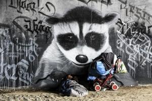 Obdachloser vor Graffitti
